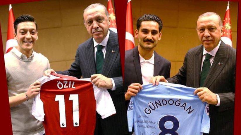 Erdoğan in foto assieme ai celebri calciatori Gündoğan ed Özil